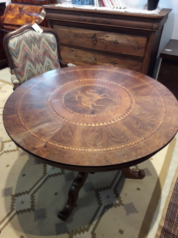 Tavolino rotondo intarsiato raffigurante San Giorgio con drago